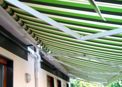 Foto esterno di tenda a doppia barra verde