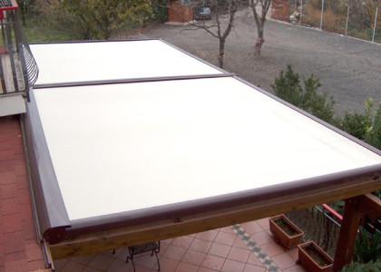 Tensotenda aperta su balcone